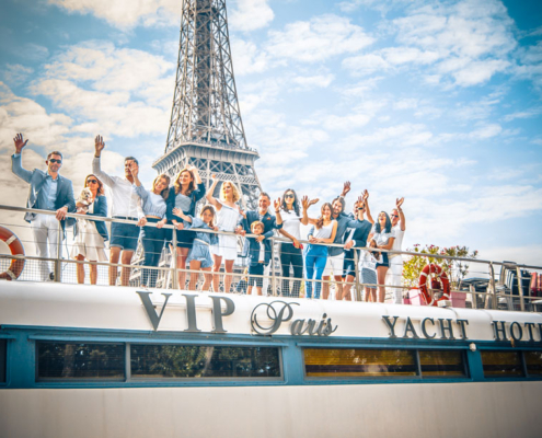 Famille et amis réunis sur le VIP Paris Yacht Hôtel