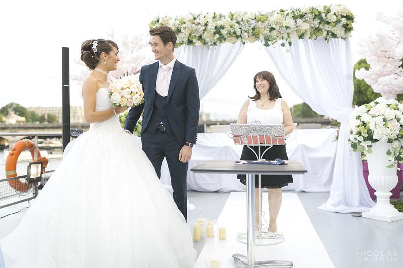 Célébration d'un mariage avec un couple heureux